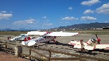Avionetas blancas y rojas