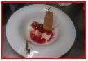 Tarta de queso mascarpone, caramelo con grosellas y galleta de coco