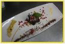 Tarta tibia de chocolate, toffe y macedonia con menta fresca