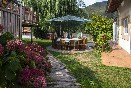 Jardín con mobiliario de terraza