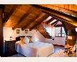 Amplia habitación doble abuhardillada con cama de matrimonio