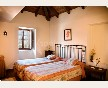 Romántica y clásica habitación doble con cama de matrimonio