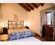 Dormitorio doble con dos camas, techos altos y muy luminoso