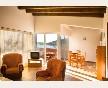 Apartamento luminoso, con muebles y techos en madera