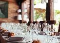 Mesa-larga-con-copas-de-vino-en-restaurante-haro