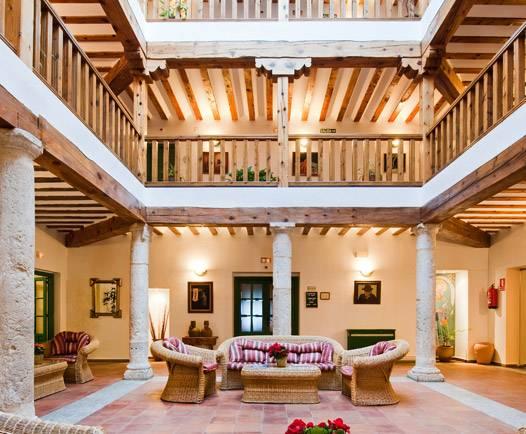 Patio central con artesonado y decoración en materiales nobles