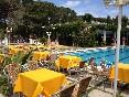 Mesas alrededor piscina