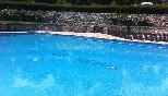 detalle de la piscina con el nombre del camping