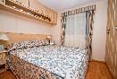 Habitación con cama de matrimonio del mobil-home