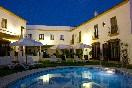 Patio central con piscina y terraza de noche