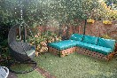 Terraza con mobiliario apartamentos jardines de llanes