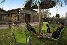 Posadas-granadilla-disfrutando-en-el-jardín