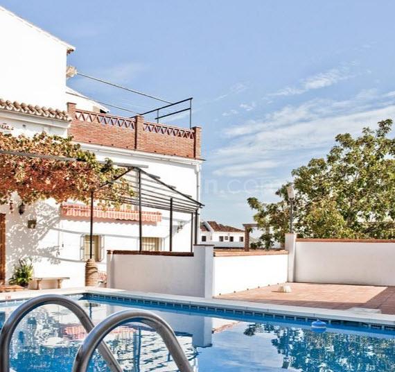 La casa y la piscina