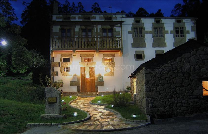 fachada de noche