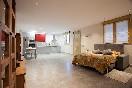 Habitación con cama de matrimonio y cocina del apartamento 2