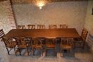 Planta principal. Salón en dos alturas de la casa rural Casa Salva. Mesa grande para grupos