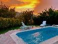 Atardecer en la piscina privada de la casa rural Casa Salva