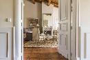Amplio salón con chimenea y cuidada decoración