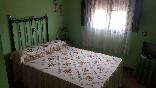 Habitación cama de matrimonio pared verde