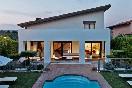 Casa-jizo-zona-de-jardín-y-piscina-de-noche