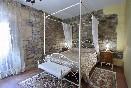 Habitación con paredes de piedra