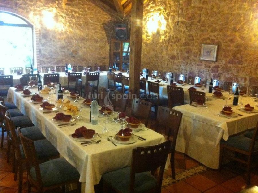 Comedor con mesas montadas para celebración