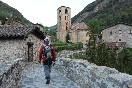 Excursionista e iglesia romanica (Beget)