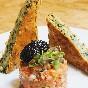 Pastel de algas musgo de irlanda con tartar de tomate y caviar de algas