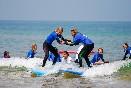 Escuela-de-surf-los-locos-aprendiendo-a-surfear-en-pareja